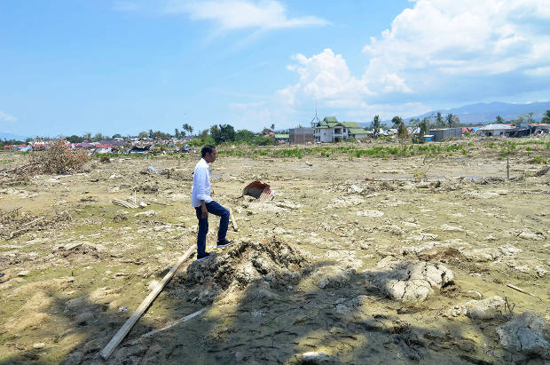 "Indonesian President Joko ""Jokowi"" Widodo stands in the location where a housing complex once stood in the Petobo neighborhood of Palu town in Central Sulawesi province, Oct. 3, 2018. [Yayank Stiv/BenarNews]"