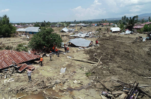 Rescuers search for bodies at the Petobo neighborhood in Palu, Central Sulawesi, Oct. 3, 2018. [Yayank Stiv/BenarNews]