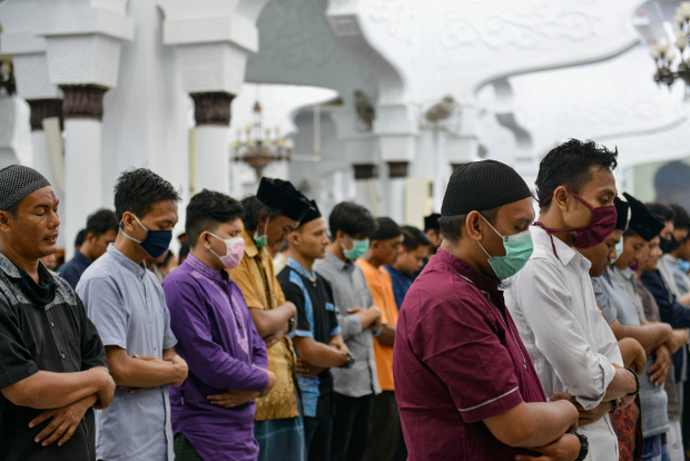 Muslim devotees offer prayers marking the start of Ramadan at the Baiturrahman Grand Mosque in Banda Aceh, Indonesia, April 23, 2020. [AFP]