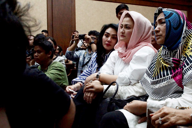 Setya Novanto's wife, Deisti Astriani Tagor (second from right), attends her husband's court hearing in Jakarta, March 29, 2018. (Arie Firdaus/BenarNews)