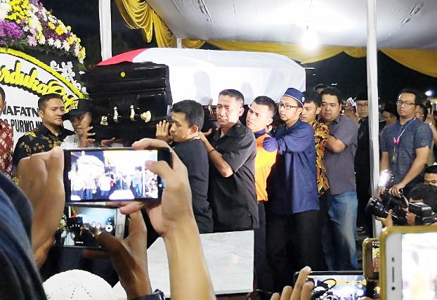 Mourners carry the casket of Sutopo Purwo Nugroho into a funeral home in East Jakarta, July 7, 2019. [Tia Asmara/BenarNews]