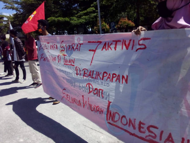 Indonesian activists protest outside the courthouse in Balikpapan, East Kalimantan, where seven pro-independence activists from Papua were convicted and sentenced on treason charges, June 17, 2020. [Gunawan/BenarNews]