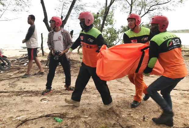 Volunteers evacuate a tsunami victim from Tanjung Lesung beach in Banten Province, on the western tip of Java, Dec. 23, 2018. [Keisyah Aprilia/BenarNews]