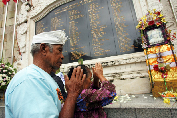 A Balinese couple prays at a Bali bomb memorial in Kuta to remember their daughter who was killed in the 2002 terrorist attacks on the Indonesian island, Oct. 12, 2010.