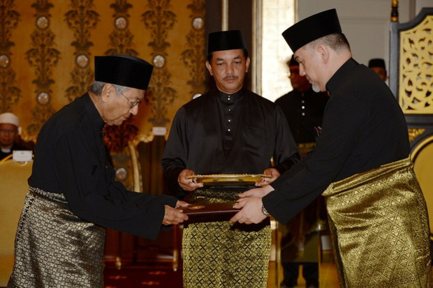 Mahathir Mohamad (left) is sworn in as Malaysia's seventh prime minister by Sultan Muhammad V, the nation's king, at the royal palace in Kuala Lumpur, May 10, 2018. [Bernama via Reuters]