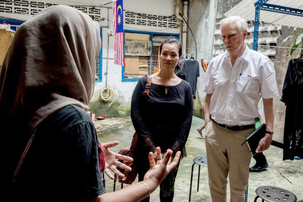U.N. Special Rapporteur Philip Alston (right) speaks to low-income families in Kuala Lumpur during his 11-day visit, Aug. 23, 2019. [Bassam Khawaja/U.N.]