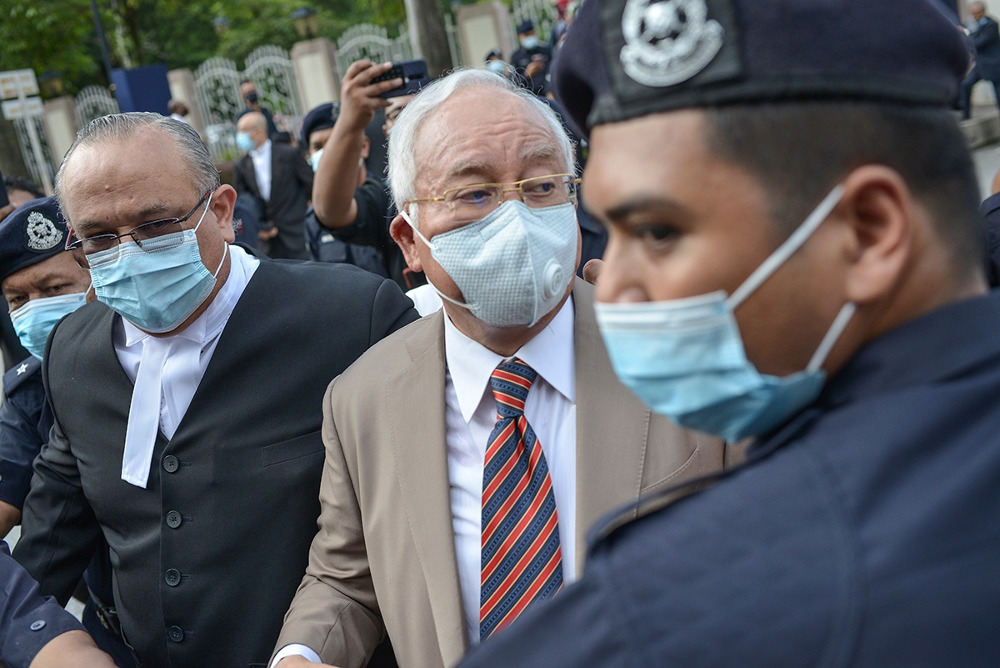 Former Malaysian Prime Minister Najib Razak (center) arrives at the Kuala Lumpur High Court for the verdict in the first of his corruption trials linked to the 1MDB financial scandal, July 28, 2020.