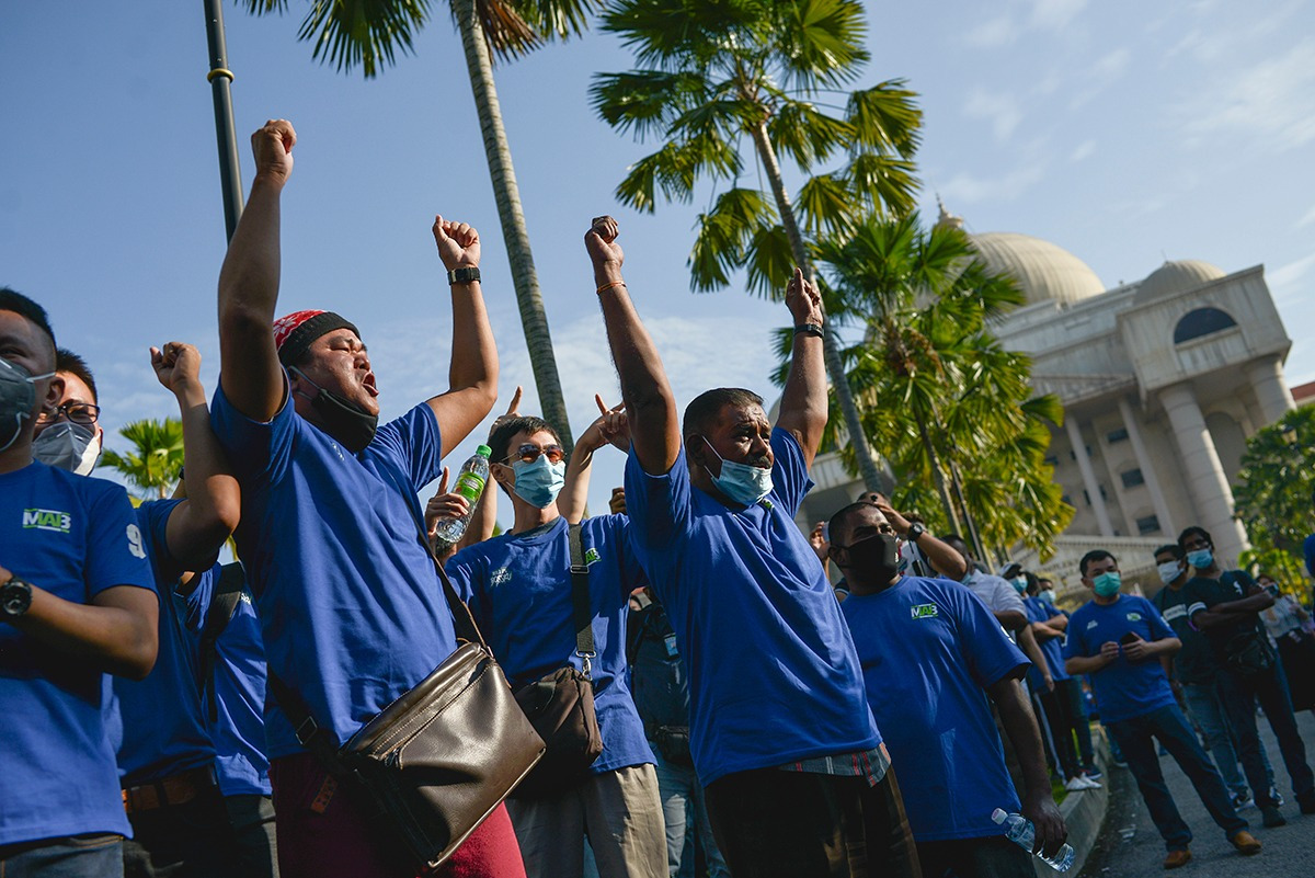 Supporters of former Malaysian Prime Minister Najib Razak chant slogans near the Kuala Lumpur High Court as they gather for the verdict in his corruption trial linked to state fund 1MDB, July 28, 2020. [S. Mahfuz/BenarNews]
