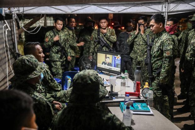 Police in Manila gather at a command outpost as they prepare to enforce President Rodrigo Duterte's Luzon-wide lockdown, March 16, 2020. [Basilio Sepe/BenarNews]