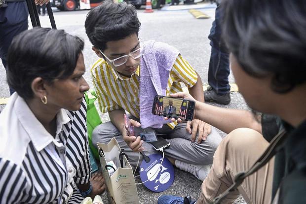 Journalists in Kuala Lumpur use their mobile phones to watch interim Prime Minister address the nation, Feb. 26, 2020. [S. Mahfuz/BenarNews]