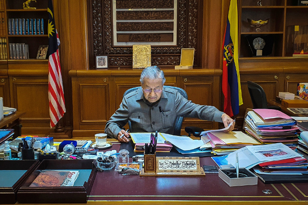 Interim Prime Minister Mahathir Mohamad works at his office in Putrajaya, Malaysia, Feb. 25, 2020. [Prime Minister's Office via AP]