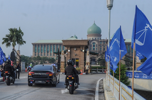 Prime Minister Najib Razak's motorcade arrives at the Prime Minister's Office in Putrajaya ahead of the announcement of the dissolution of parliament, April 6, 2018. [S. Mahfuz/BenarNews]