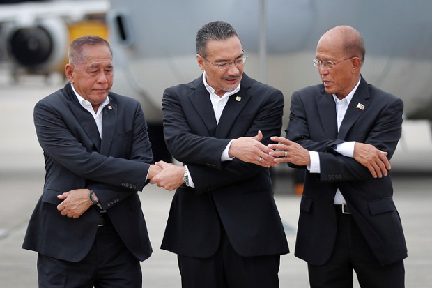 Indonesian Defense Minister Ryamizard Ryacudu (left) joins hands with his counterparts from Malaysia, Hishammuddin Hussein, and the Philippines, Delfin Lorenzana, for a group photo after the launch of joint air patrols at Subang military airbase in Petaling Jaya, Malaysia, Oct. 12, 2017. (AP)
