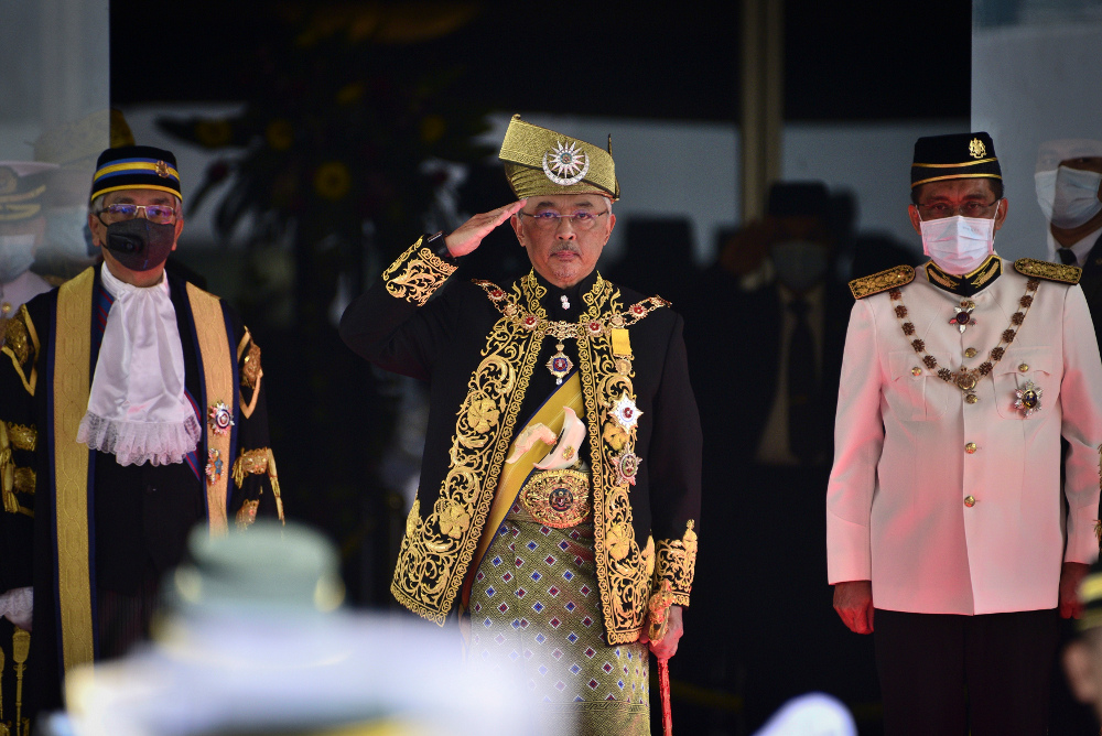 King Al-Sultan Abdullah Ri'ayatuddin Al-Mustafa Billah (center) salutes during the opening ceremony of the third term of the 14th parliamentary session at Parliament House in Kuala Lumpur, May 18, 2020. [AP]