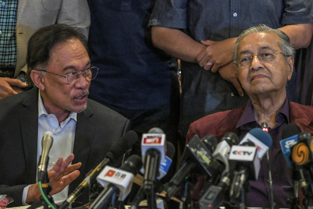 Malaysian Prime Minister Mahathir Mohamad reacts as Anwar Ibrahim answers a question during a news conference after the Pakatan Harapan Council Meeting in Kuala Lumpur, Feb. 21, 2020. [S. Mahfuz/BenarNews]