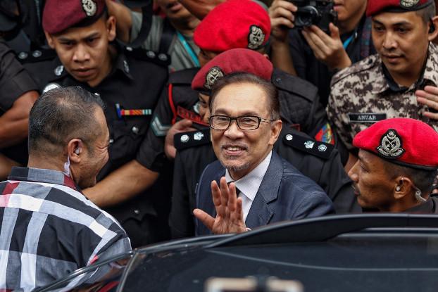 Malaysian politician Anwar Ibrahim waves to his supporters upon his return home after he received a royal pardon in Kuala Lumpur, May 16, 2018. [S.Mahfuz/BenarNews]