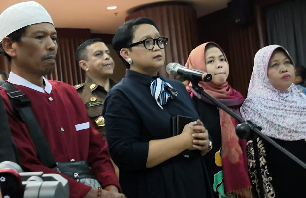 Siti Aisyah (second from right) stands with Indonesian Foreign Minister Retno Marsudi (center) and Siti's parents during a news conference in Jakarta, March 11, 2019. [Tia Asmara/BenarNews]