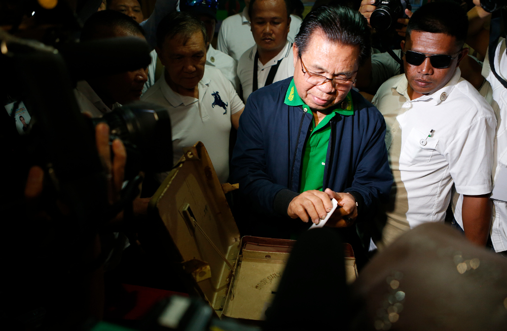 Ebrahim Murad, chairman of the Moro Islamic Liberation Front, casts his vote during a plebiscite on ratifying a law that would give Muslims full autonomy in a new Bangsamoro homeland, at an elementary School in Sultan Kudarat town, in Maguindanao province, Jan. 21, 2019. [Jeoffrey Maitem/BenarNews]
