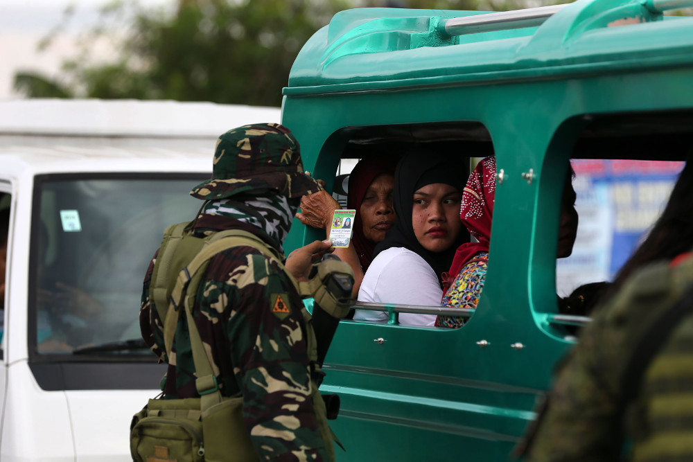 Government forces conduct inspections at a highway leading to Cotabato City, southern Philippines, in January 2019. (Photo: Mark Navales/BenarNews)