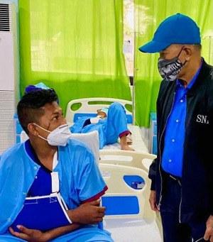 Philippine Defense Secretary Delfin Lorenzana visits survivors at a military hospital in Zamboanga, July 6, 2021. [Philippine Department of National Defense handout]