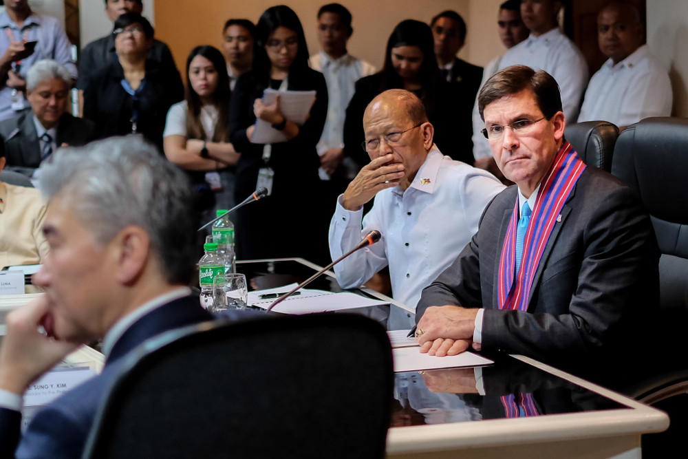 Philippine National Defense Secretary Delfin Lorenzana (second from right) and U.S. Defense Secretary Mark Esper listen during a meeting with Sung Kim (left), the American ambassador to the Philippines, and other officials in Manila, Nov. 19, 2019. [Jojo Rinoza/BenarNews]