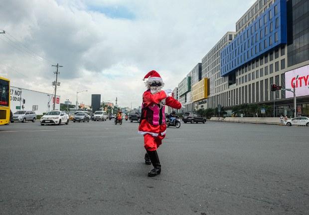 In Gridlocked Manila, Dancing Santa Brings Yuletide Cheer to Motorists