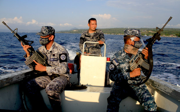 Members of the Philippine Coast Guard patrol in southern Iligan Bay to prevent civilians on motorized boats intruding during an enhanced community quarantine order, April 12, 2020. [Richel V. Umel/BenarNews]