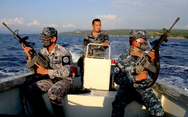 Members of the Philippine Coast Guard patrol in southern Iligan Bay to prevent civilians on motorized boats intruding during an enhanced community quarantine order, April 12, 2020. [Richel V. Umel/BenarNews]