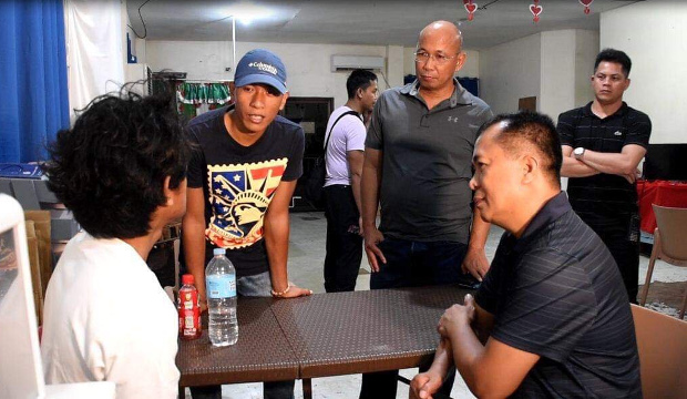 Muhammad Farhan (left) talks with military officials and soldiers in civilian clothes shortly after his rescue, Jan. 15, 2020. (Photo courtesy of Western Mindanao Command)