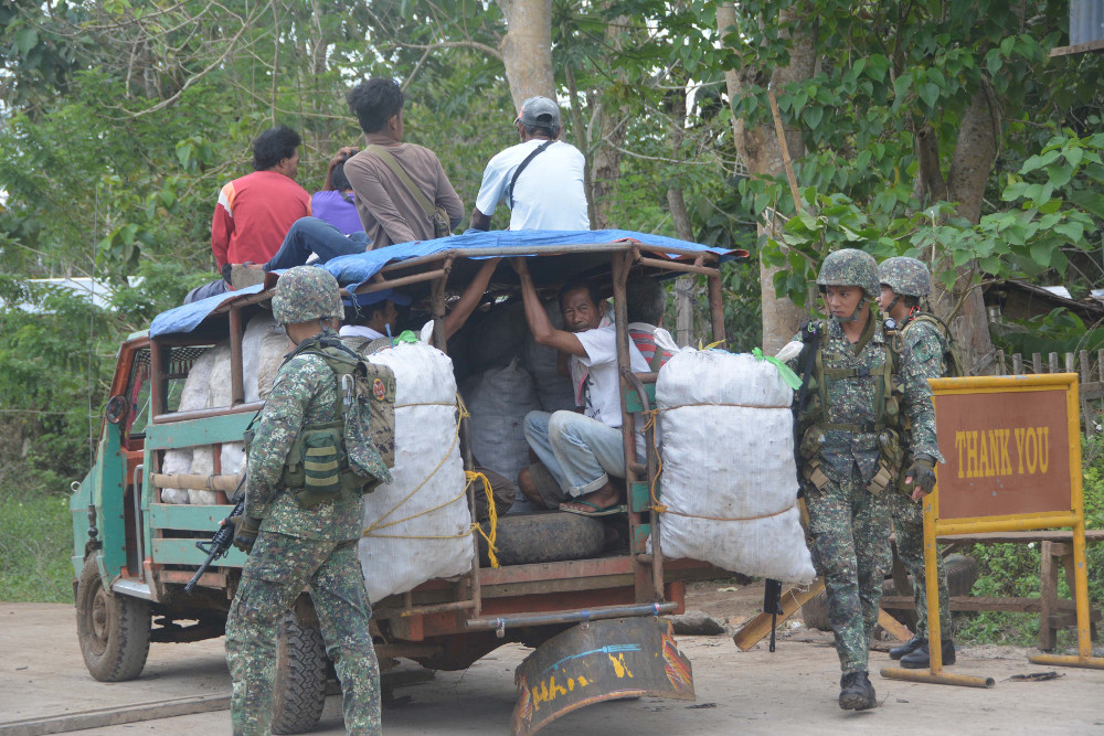 Philippine security forces inspect a vehicle at a checkpoint in Indanan town, in southern Sulu province, Feb. 27, 2017.  (Photo: AFP)
