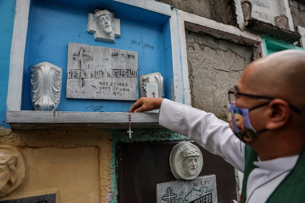 Philippine Priest Exhumes 8 Drug War Victims' Remains from Cemeteries