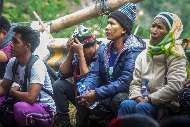 Relatives wait for word about miners trapped by the landslide, Sept. 17, 2018. (Luis Liwanag/BenarNews)