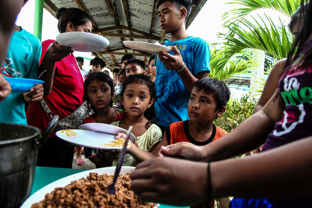 About 400 evacuees from a fishing community in the village of Pacian receive lunch at the local elementary school doubling as evacuation center, in Ilocos Norte, Sept. 14, 2018. (Karl Romano/BenarNews)