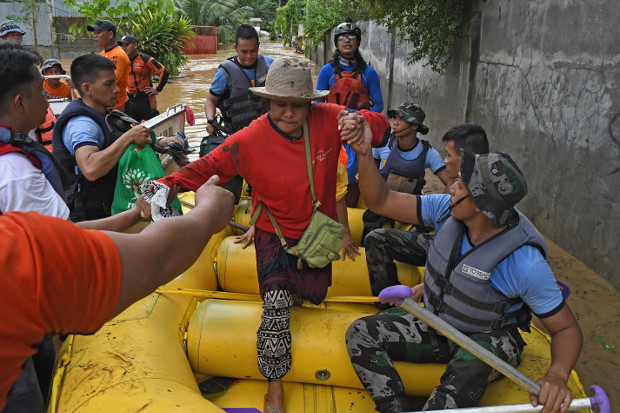Police rescue a resident of Cagayan de Oro, Dec. 22, 2017.