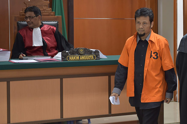 Defendant Tuah Febriwansyah (alias Muhammad Fachry) arrives for his trial at the West Jakarta district court, Oct. 12, 2015. (AFP)