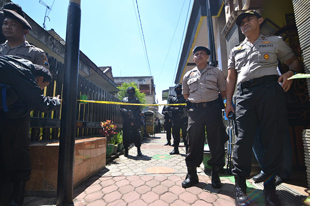 Police guard the entrance to a house in Malang, believed to have links to an alleged IS follower, after it was raided on March 25, 2015. (BenarNews)