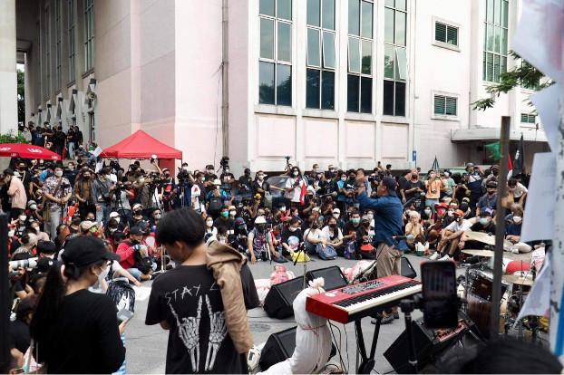 211006-TH-crowd.jpg