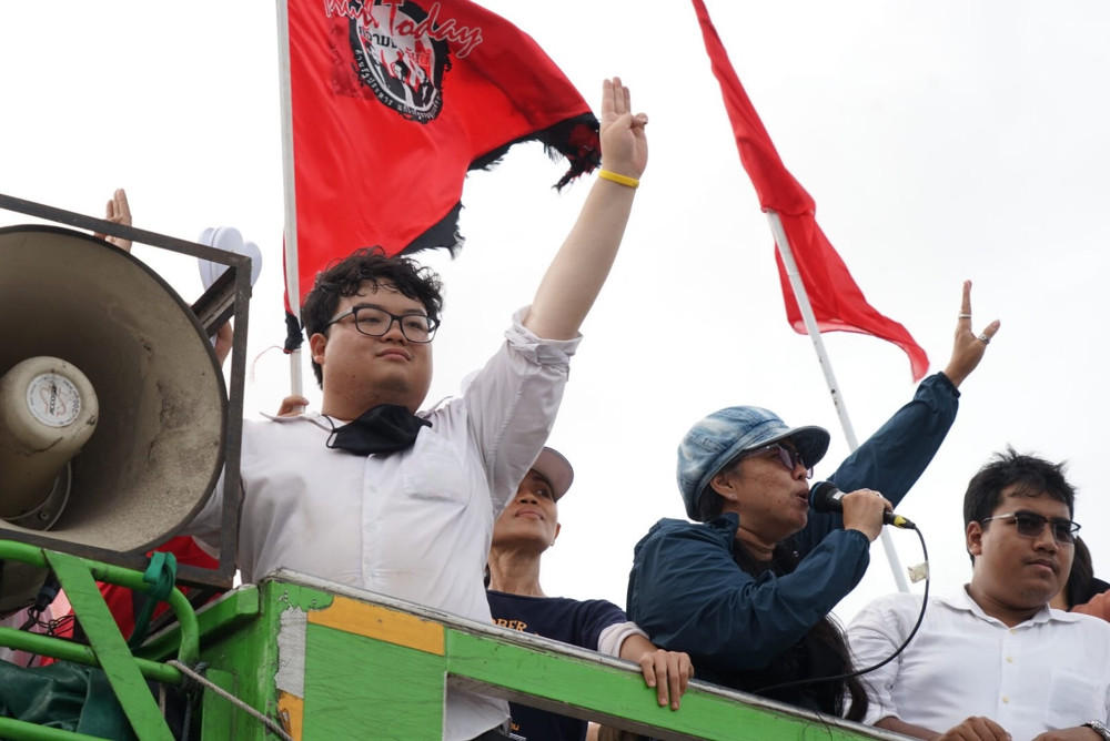 Thai protest leaders Parit Chiwarak (left), Suwanna Tanlek (center) and Sirawit Serithiwat (right) direct anti-government demonstrators onto the Royal Grounds in Bangkok, Sept. 19, 2020. [Nontarat Phaicharoen/BenarNews]