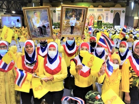 About 6,000 Thai Muslims participate at an assembly in Bangkok in support of the monarchy, Nov. 10, 2020.
