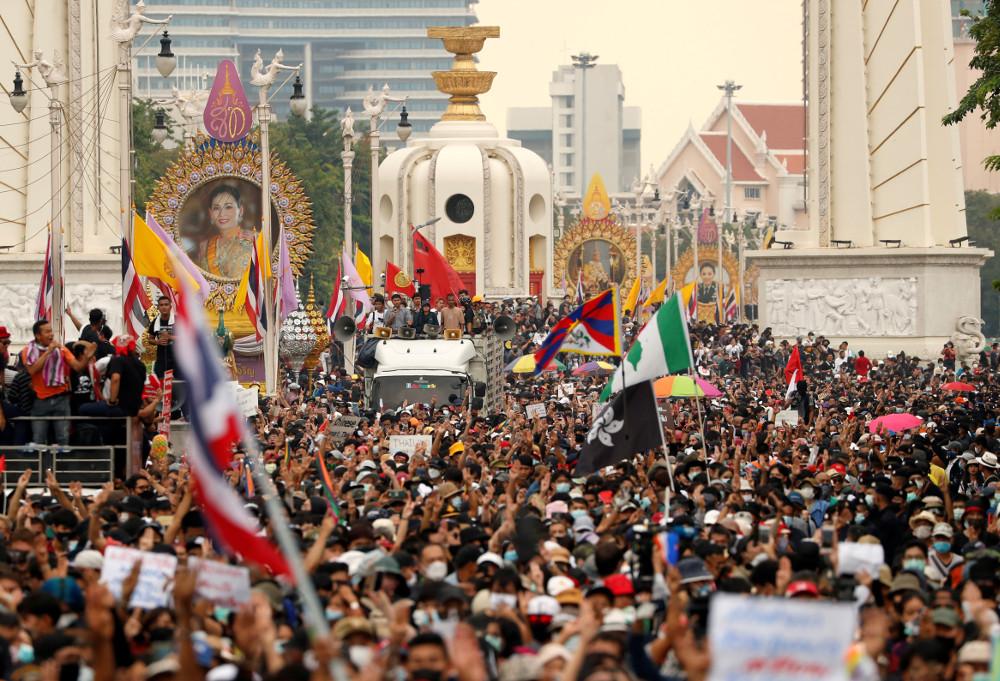 Thai Royalists, Pro-Democracy Protestors Stage Counter ...
