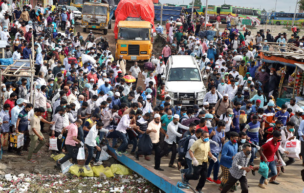 Bangladeshis rush to board a ferry in Dhaka ahead of the Eid al-Fitr holiday, May 22, 2020. [BenarNews]