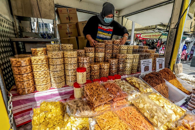 A seller arranges special cookies prepared for Eid al-Fitr along with chips for sale at her food truck in Kuala Lumpur, May 22, 2020. [S. Mahfuz/BenarNews]