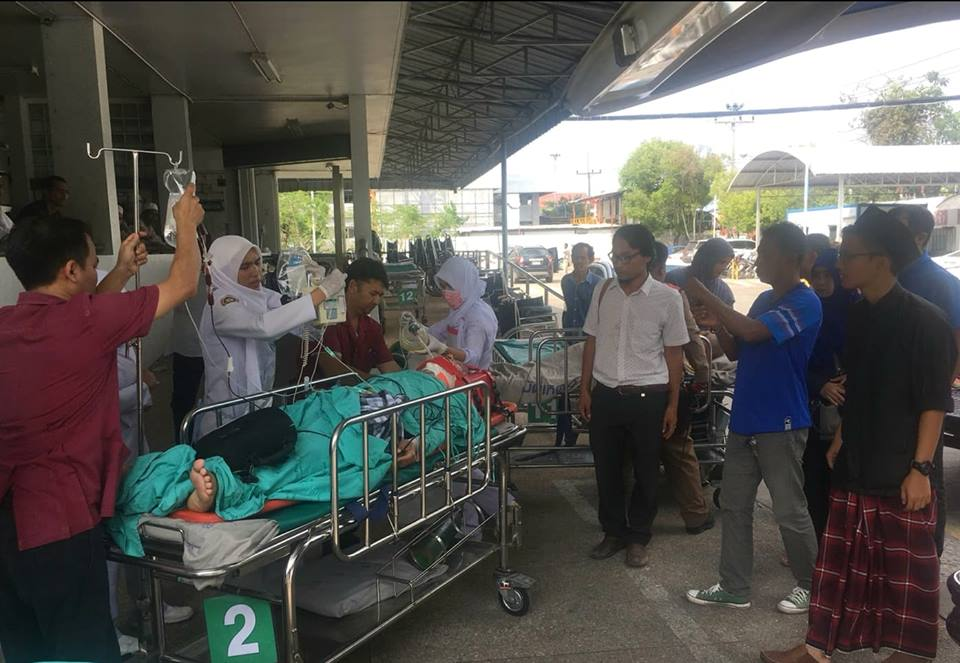 Medics treat local Islamic leader Aduldej Jenae after he was wounded by an unidentified gunman. June 8, 2018. [Mariyam Ahmad/Benarnews]