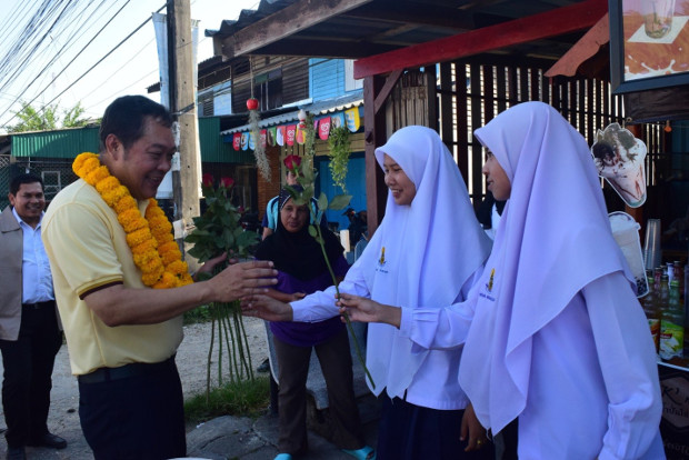 Thawee Sodsong, Prachachart Party's secretary-general, greets students while campaigning in Pattani, southern Thailand, March 2, 2019. [Mariyam Ahmad/BenarNews]