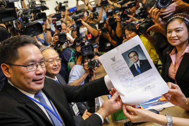 An official of Palang Pracharat party submits documents nominating Thai Prime Minister Prayuth Chan-o-Cha as candidate for premier, in Bangkok, Feb. 8, 2019. [AFP]