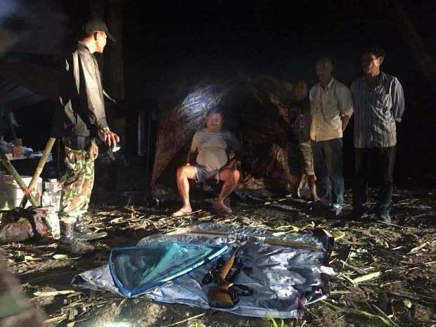 Thai authorities place business tycoon Premchai Karnasuta (sitting) and three of his alleged associates under arrest at a hunting camp in Thungyai Naresuan Wildlife Sanctuary in Kanchanaburi province, Feb. 4, 2018 (Courtesy of Thungyai Naresuan Wildlife Sanctuary)