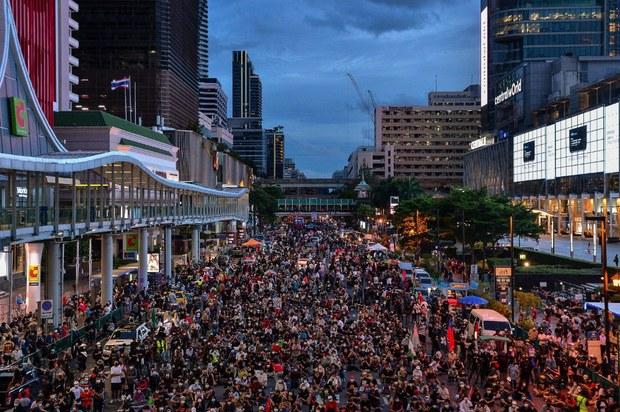 Thousands Rally in Bangkok as Thai PM Faces No-Confidence Vote