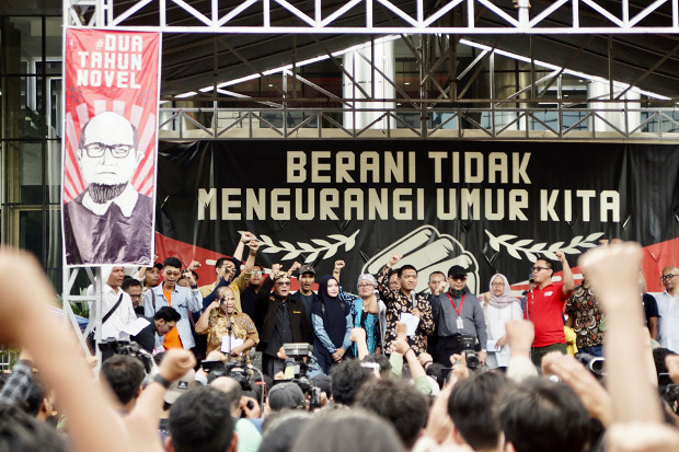 Koalisi masyarakat sipil menghadiri pembacaan tuntutan penyelesaian kasus Novel Baswedan di depan kantor Komisi Pemberantasan Korupsi di Jakarta, 11 April 2019. (Arie Firdaus/BeritaBenar)
