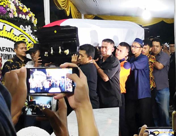 Peti jenazah Kepala Pusat Data dan Informasi BNPB,  Sutopo Purwo Nugroho saat tiba di rumah duka di Cibubur, Jakarta Timur, 7 Juli 2019. (Tia Asmara/BeritaBenar)