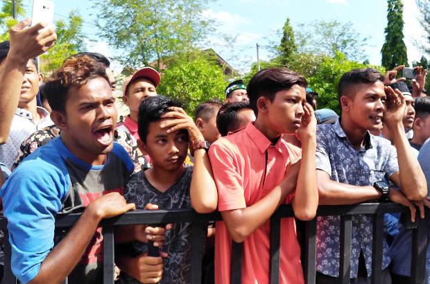 Seorang penonton bersorak saat pelaksanaan hukuman cambuk di Banda Aceh, 13 Juli 2018. (Nurdin Hasan/BeritaBenar)